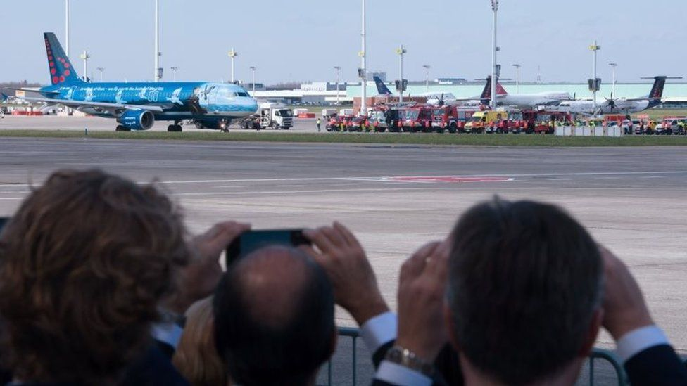 People take pictures of the first flight after Brussels Airport reopens (03/04/2016)