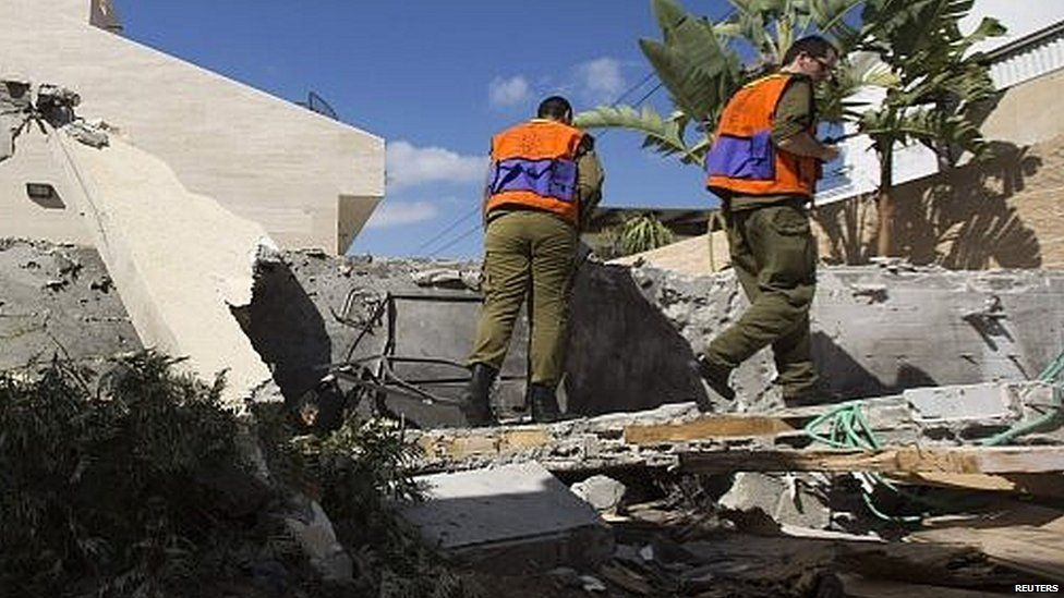 Israeli soldiers survey damage from Palestinian rocket in Ashkelon (16/07/140