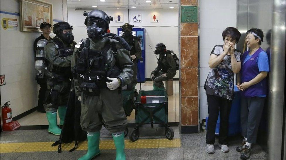 South Korean soldiers conduct a military drill on a Seoul underground train station (23 Aug 2016)