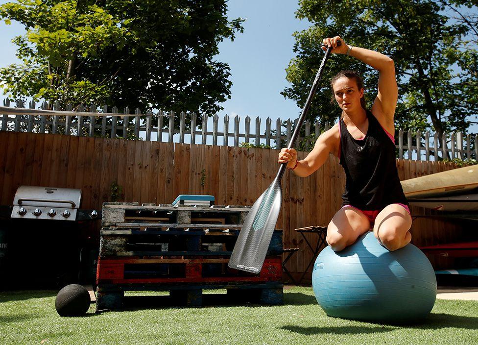 Britanyalı kanocu Mallory Franklin bir pilates topu üzerinde dengesini korumaya çalışarak egzersiz yapıyor