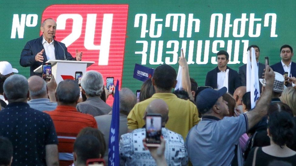 """Leader of """"Armenia"""" bloc and the country's former President Robert Kocharyan addresses supporters during a campaign rally"""