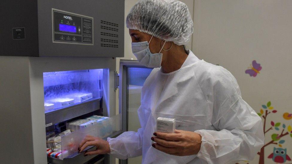 Investigadora brasileña voluntaria del ensayo de la vacuna de Oxford en Brasil