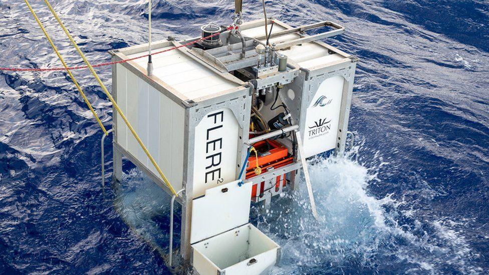 Підводний апарат Limiting Factor LF на поверхні океану
