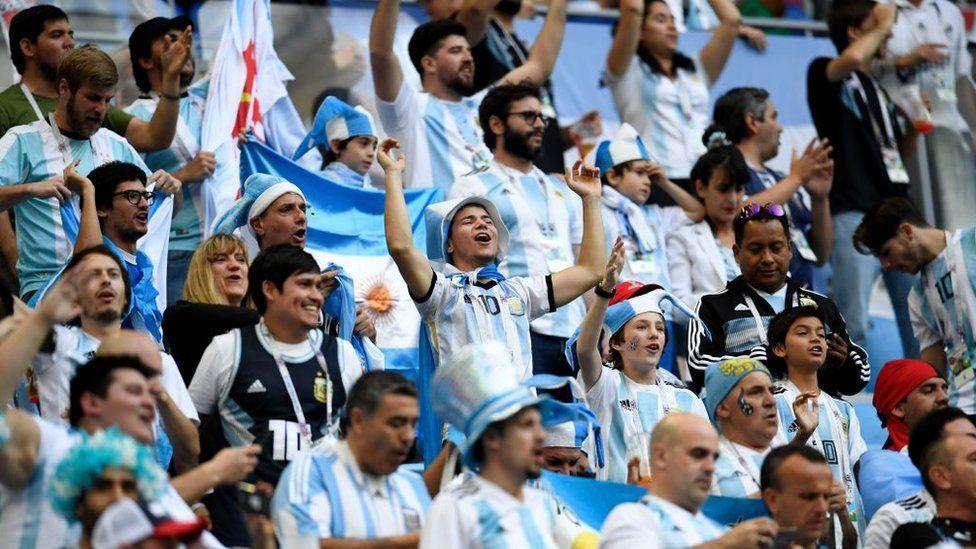 Swollen Argentina sings in Russia.