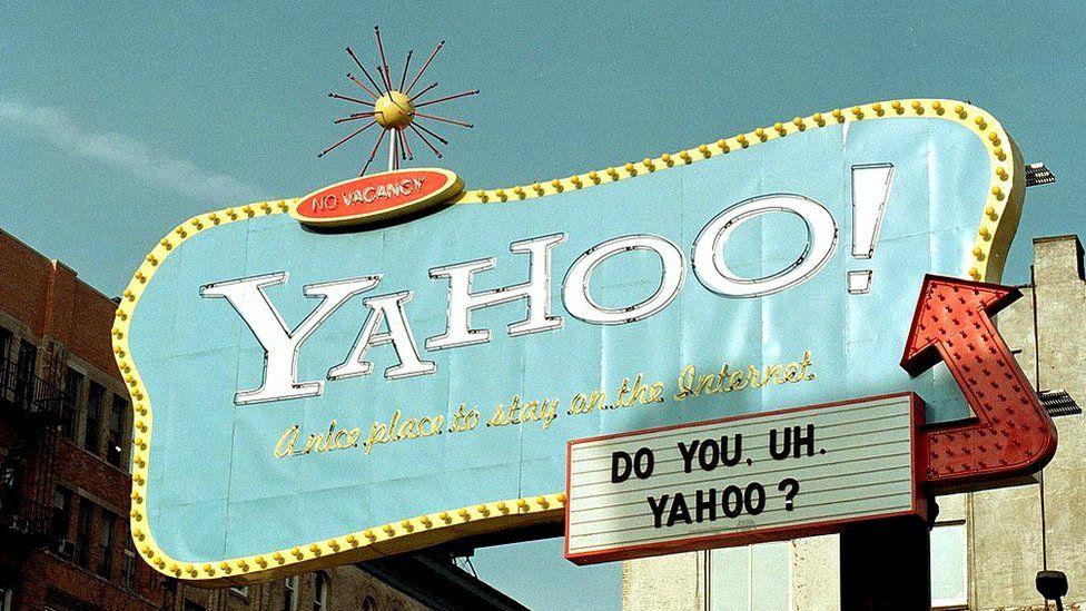 ¡Una señal para Yahoo!  El motor de búsqueda de Internet se eleva por encima del Bajo Manhattan en este 10 de febrero de 2000