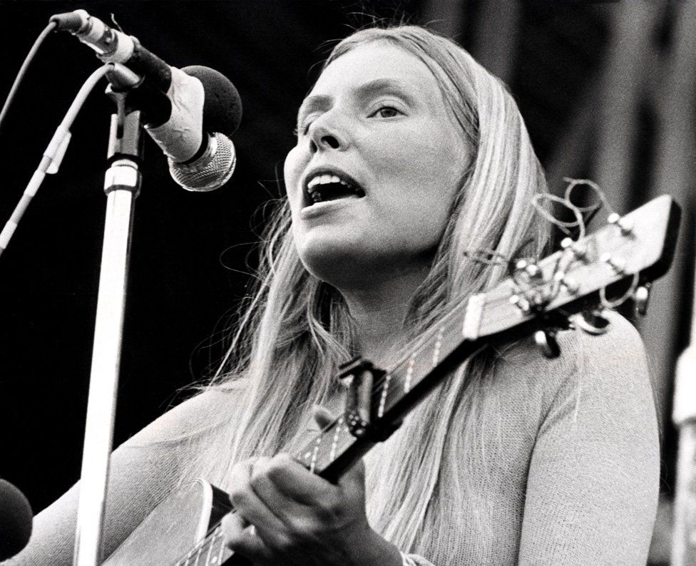 Joni Mitchell performing in 1972