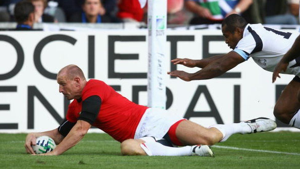 Gareth Thomas playing for Wales in the 2007 Rugby World Cup