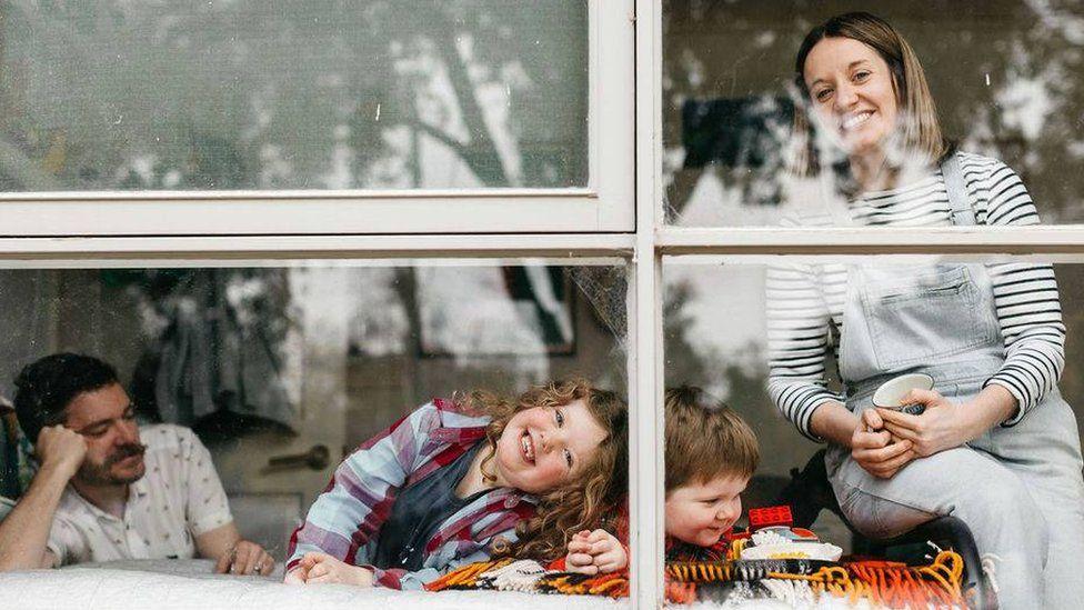 Джиллиан Никс, ее муж Крис и их дети Элис и Отис