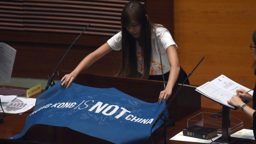 """遊蕙楨的一張""""香港不是中國""""的橫額,登上多家國際媒體的版面。"""