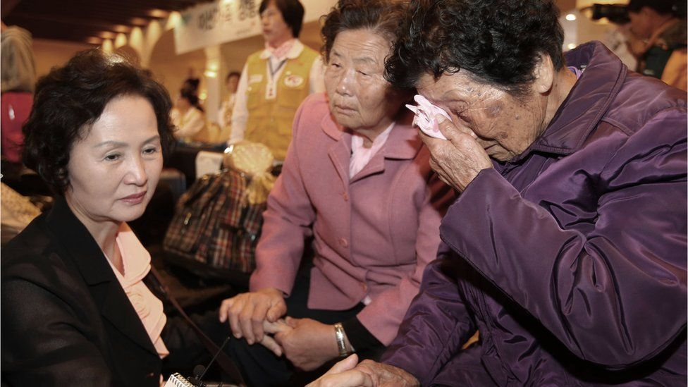 South Korean Sung Soon-hwa, 86, right, weeps as she arrives to take part in family reunions with her North Korean family members at a hotel in Sokcho, South Korea (19 Oct. 2015)