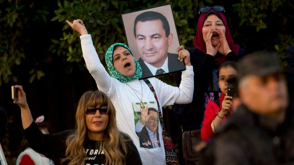 Supporters celebrate the acquittal of Hosni Mubarak in Cairo (2 March 2017)