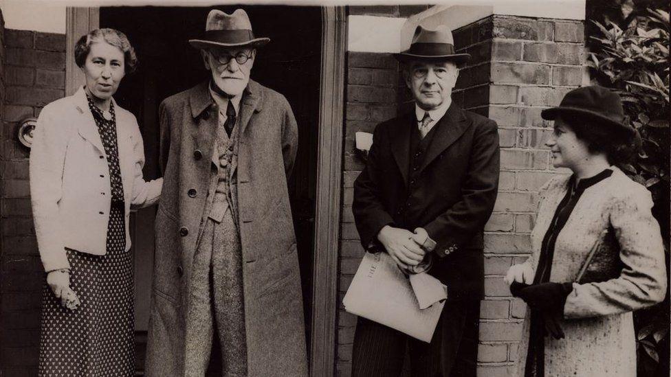 Зигмунд и Матильда Фрейд на пороге нового дома в Лондоне