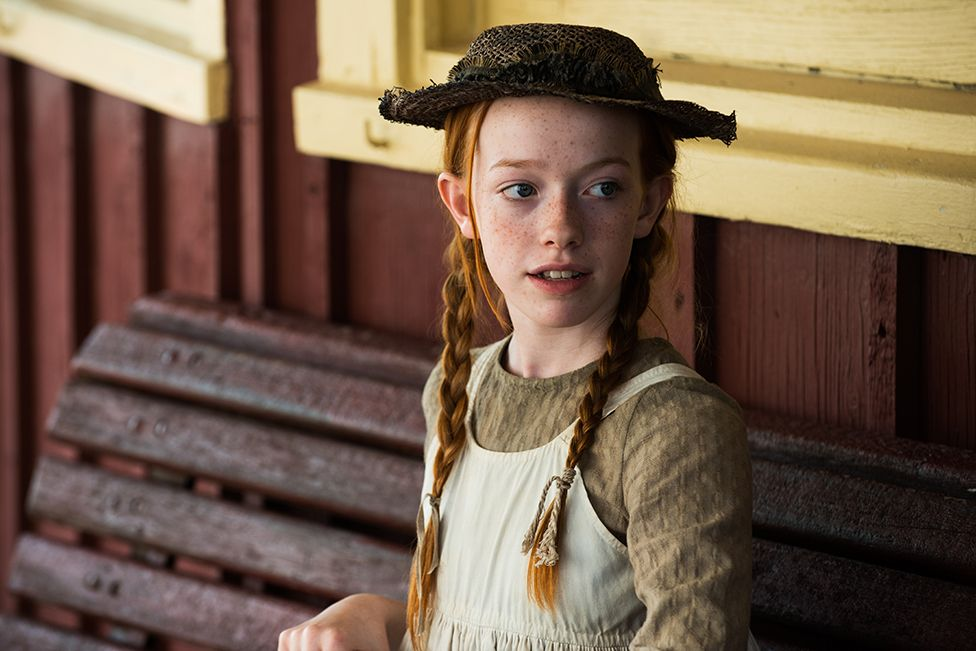 Anne (Amybeth McNulty) waits at the train station