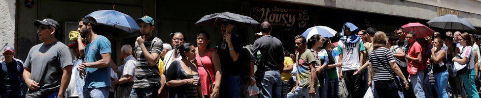 Queue in Caracas, 28 April