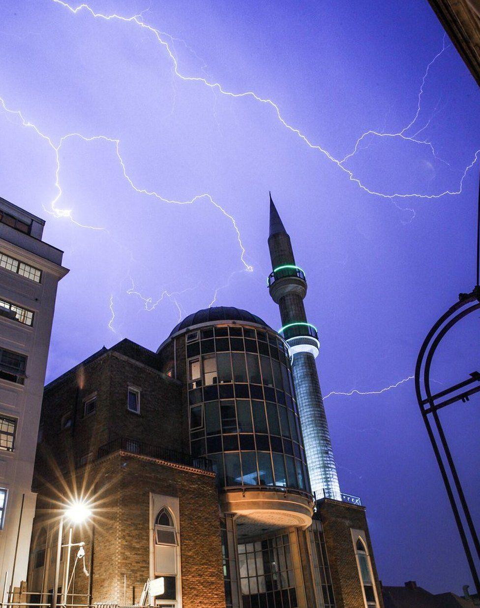Вспышки молний над мечетью в Далстоне, на востоке Лондона