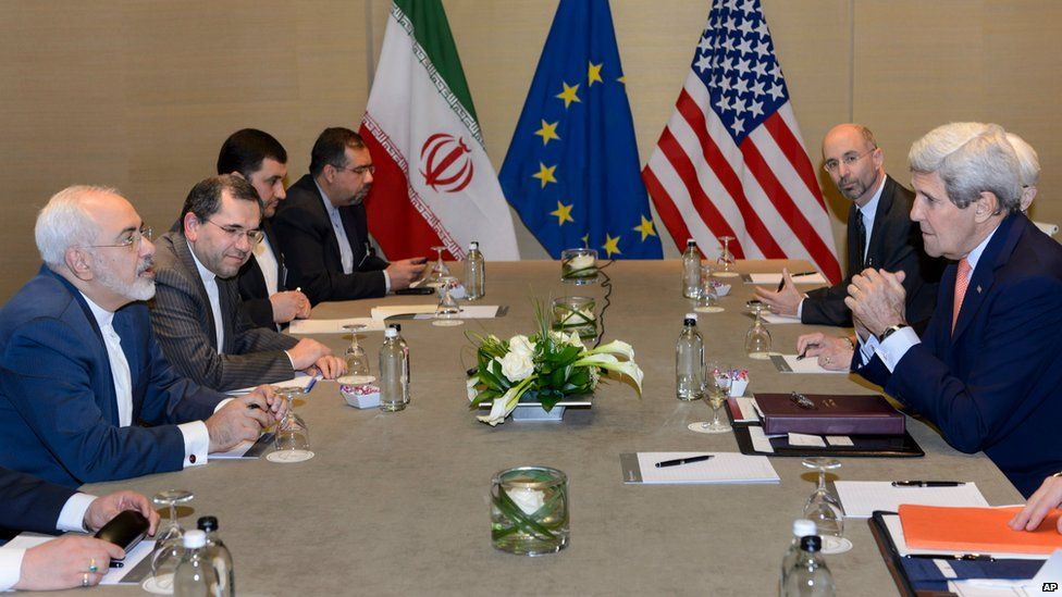 Iranian Foreign Minister Mohammad Javad Zarif (left) speaks to US Secretary of State John Kerry in Geneva (30 May 2015)