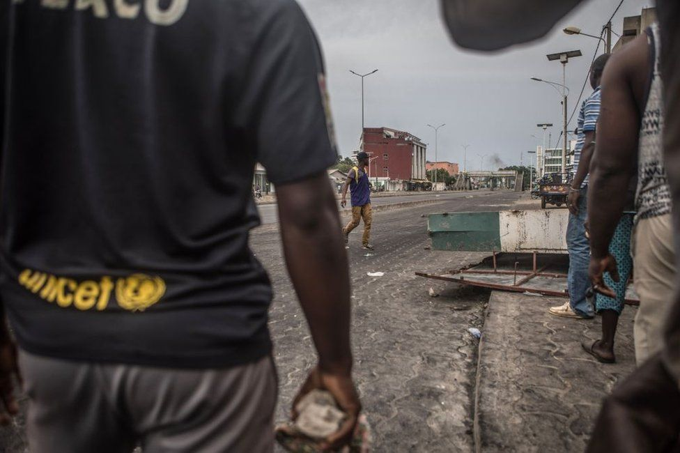 Protesters barricade the streets of Cadjehoun the stronghold of former president of Benin Thomas Boni Yayi on 2 May 2019, in Cotonou.
