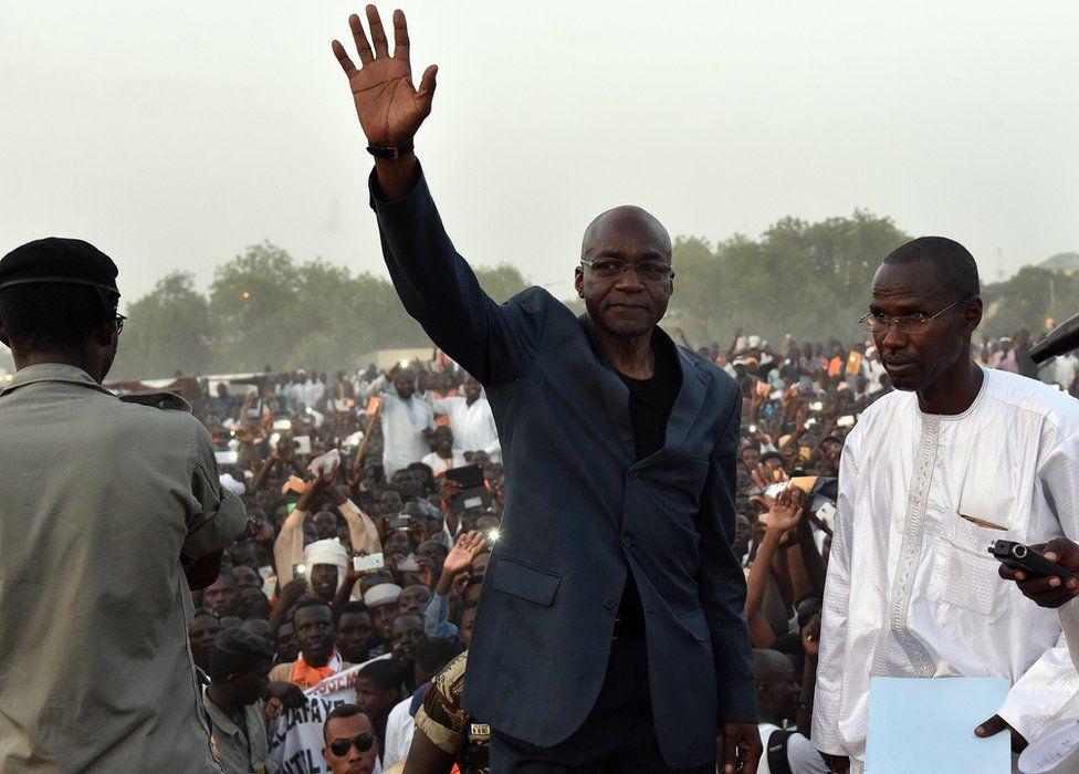 Saleh Kebzabo greets a rally in N'Djamena, 9 April