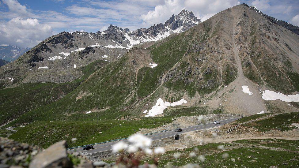 連接南疆和北疆的高速公路。