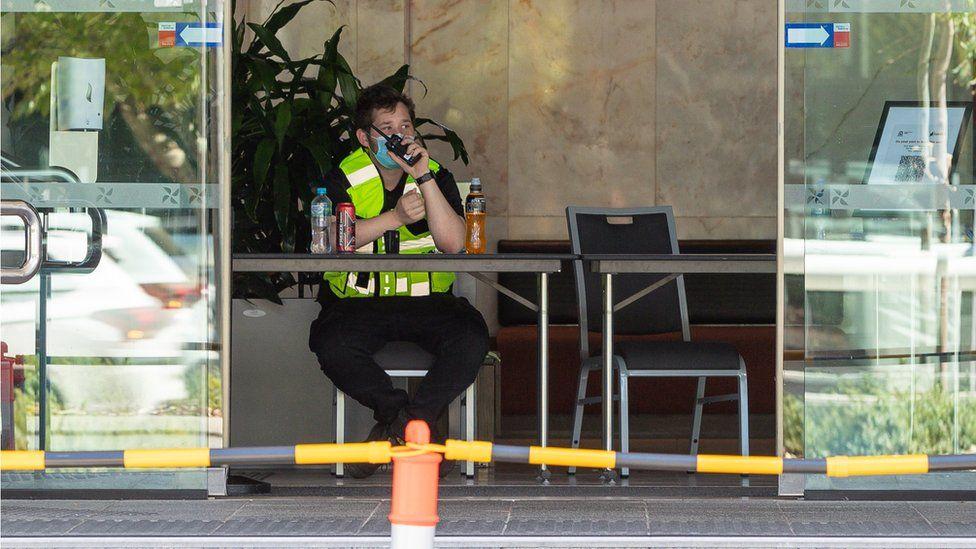 เจ้าหน้าที่รักษาความปลอดภัย (ไม่ใช่บุคคลที่อ้างถึงในเรื่อง) ที่โรงแรมกักกันแห่งหนึ่งในเพิร์ท