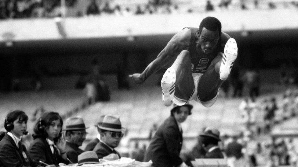 Peter Norman  el valiente atleta castigado en las Olimpiadas de México 68  por su gesto en el podio y premiado 50 años después - BBC News Mundo 0211b14befcf0