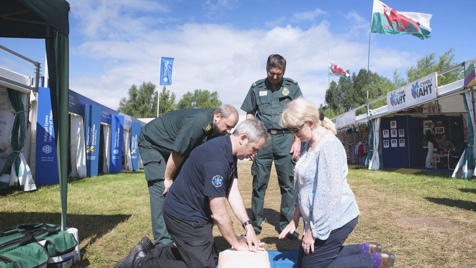 Gwers achub bywyd gyda'r Ymatebwyr Cyntaf // Colin Pari and his team teaching Eisteddfod visitors some life saving techniques