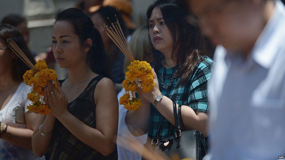 Worshippers pray at the shrine in Bangkok (19 Aug 2015)