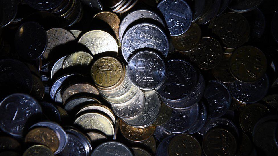 Российский ЦБ снова станет покупать валюту. Что будет с рублем?