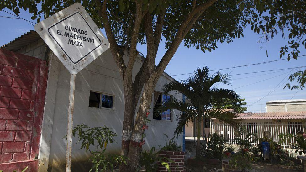 """Una vista de un letrero que dice: """"cuidado, el machismo mata"""" en la Ciudad de las Mujeres"""