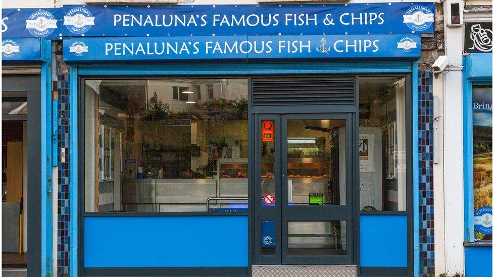 Siop sglodion 'Penaluna's Famous Fish & Chips' yn Hirwaun, Rhondda Cynon Taf sydd wedi'i henwi fel siop sglodion orau Cymru