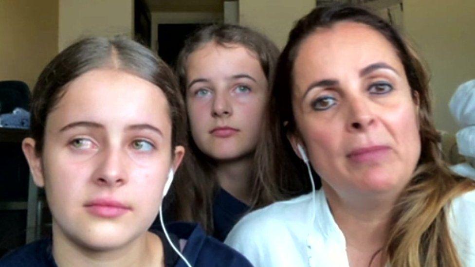Claudia Rattray con sus hijas Ivana y Summer