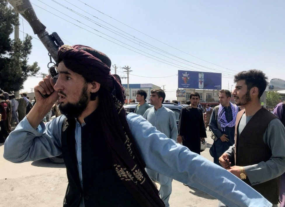 Un miembro de las fuerzas talibanes inspecciona la zona fuera del Aeropuerto Internacional Hamid Karzai en Kabul
