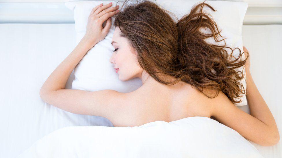 4 beneficios para la salud de dormir desnudo