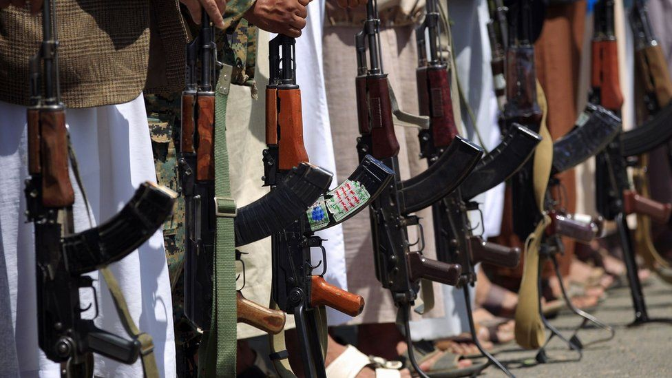 Tribal gunmen loyal to Yemen's rebel Houthi movement hold their weapons during a rally in Sanaa (27 September 2018)