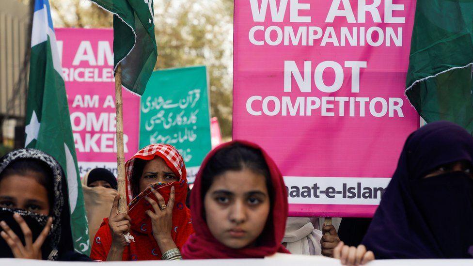 jamaat e islami supporters march in karachi