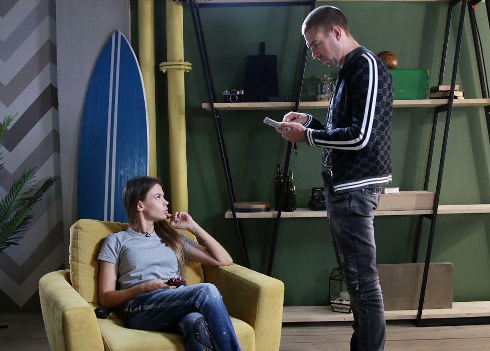 Настя Рыбка и ее тренер по соблазнению Алекс Лесли во время интервью