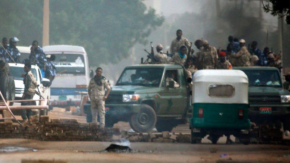 Sudanese security forces are deployed around Khartoum's army headquarters. Photo: 3 June 2019