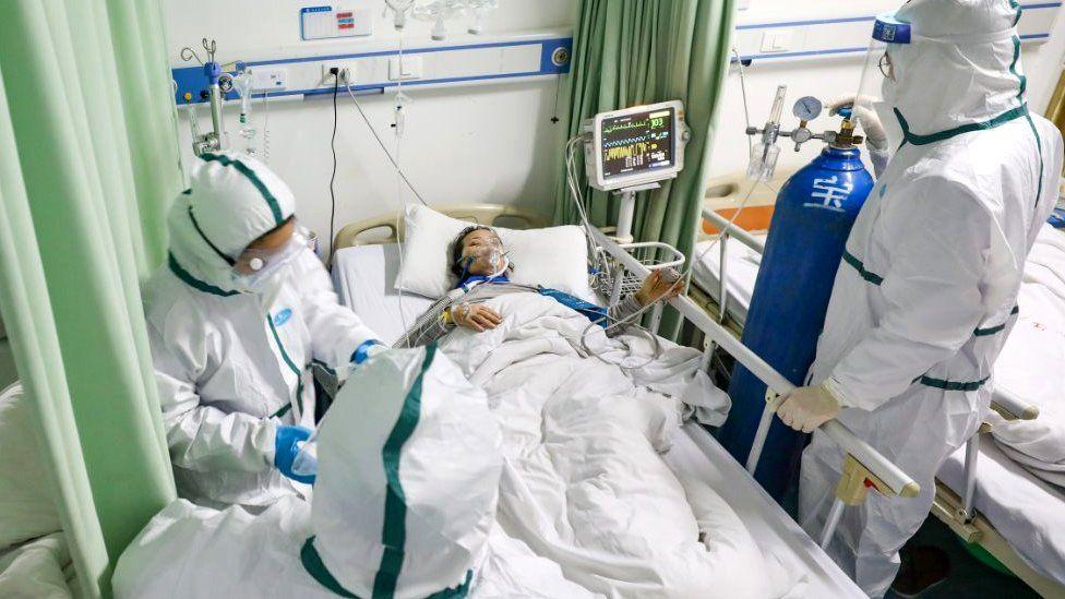 Paciente en una cama de hospital en Wuhan.