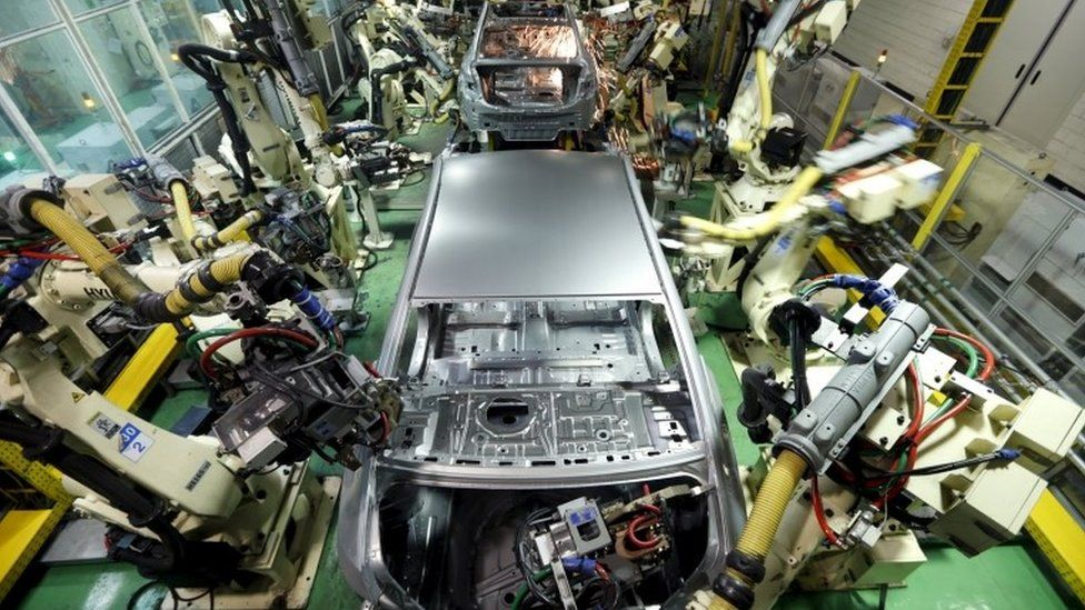 Hyundai Motor's sedans are assembled at a factory of the carmaker in Asan, about 100 km (62 miles) south of Seoul, in this January 22, 2013