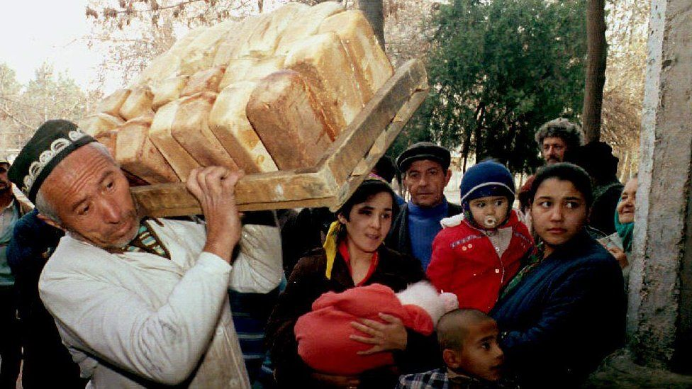 A man carries bread for refugees to a distribution point in Dushanbe, 22 December 1992