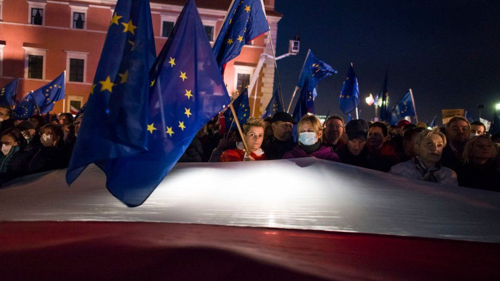 Mass protests in Poland amid EU law controversy thumbnail