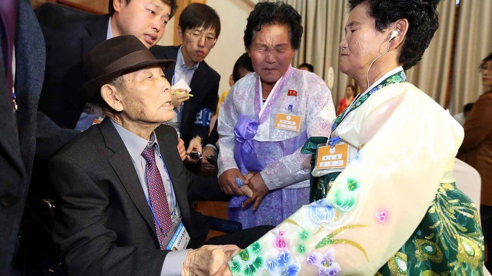 South Korean Gu Sang-yeon, 98 (L) meets his North Korean daughters Ku Song-ok (C) and Ku Sun-ok (R) during the family reunion after being separated for 60 years (24 October 2015)