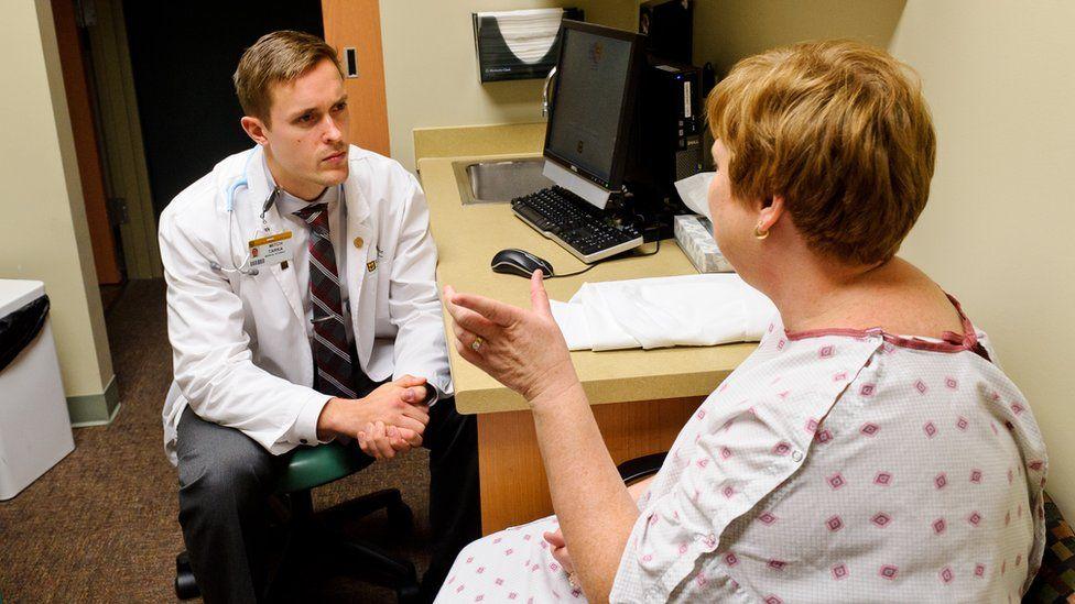 O que é a 'síndrome do jaleco branco' e como ela atrapalha os diagnósticos médicos