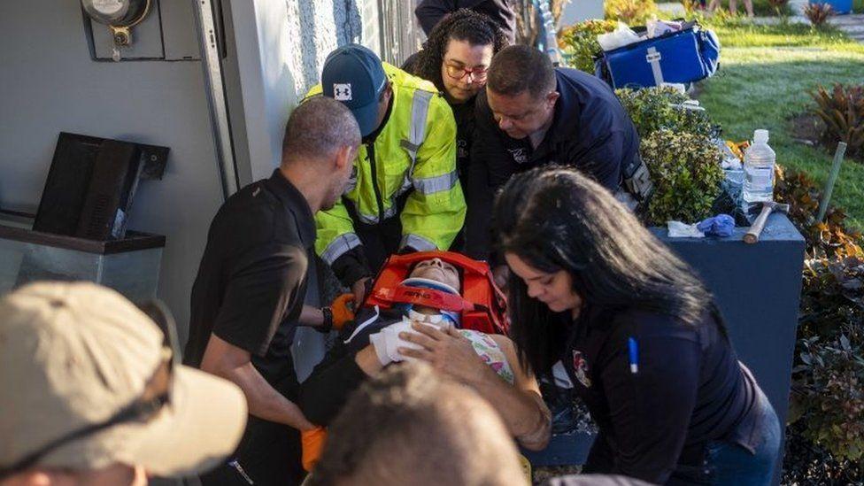 Una persona herida en una camilla en Puerto Rico.