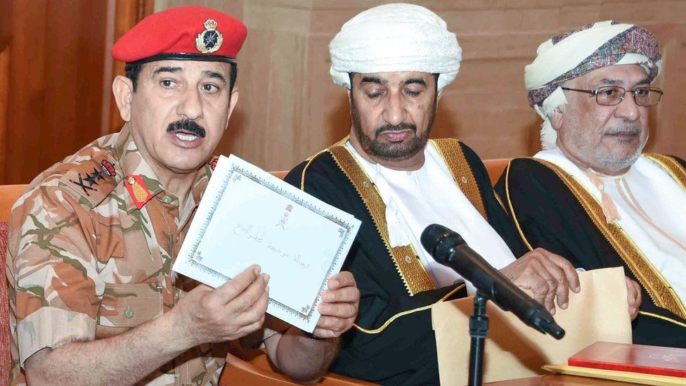 Oman's General Sultan bin Mohammed al-Nomani (L) shows a letter from an envelope that contained Sultan Qaboos bin Said's choice for his successor (11 January 2020)
