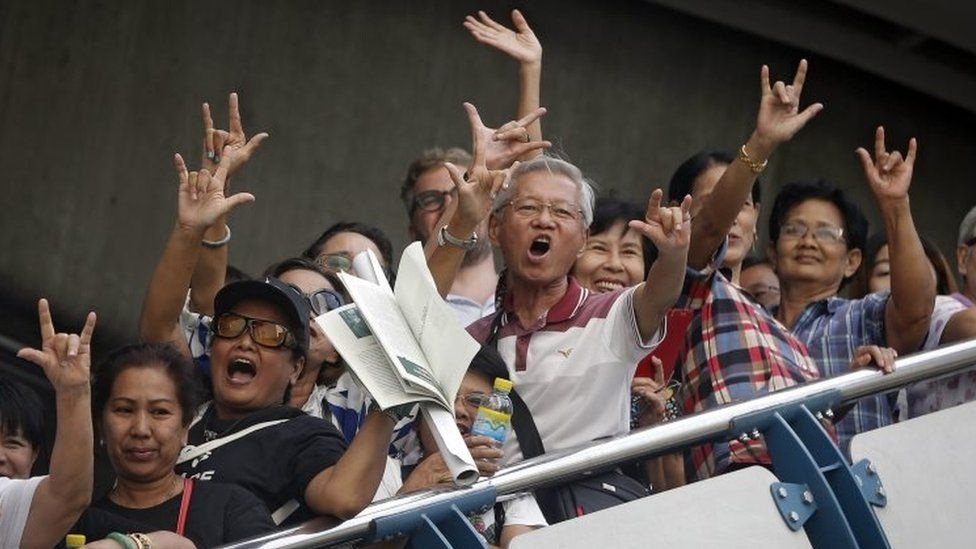 Pro-democracy supporters shout slogans from an overpass during a rally against the military-backed constitution in Bangkok (05 September 2015)