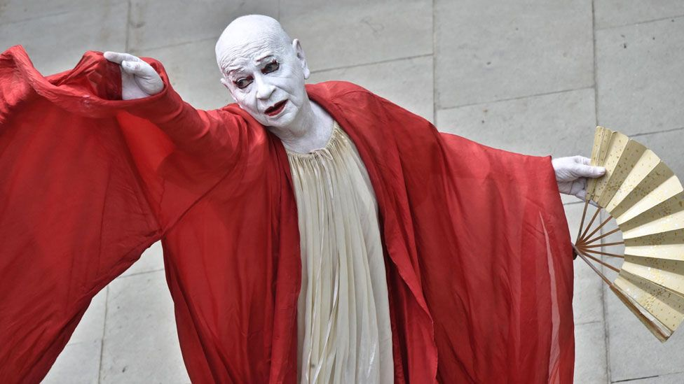 Lindsay Kemp performing Kemp Dreams Kabuki Courtesan in Florence, Italy, in June 2017