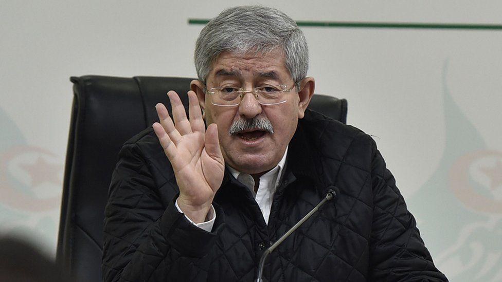 """مظاهرات الجزائر: استدعاء رئيس الوزراء السابق أحمد أويحيى ووزير المالية الحالي """"للتحقيق في قضايا فساد"""""""