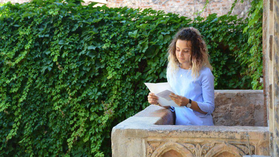 Volunteer on Juliet's balcony
