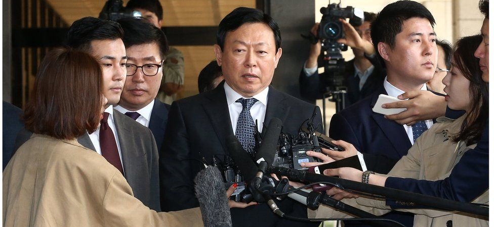 Lotte Group Chairman Shin Dong-bin (centre) speaks to reporters as he arrives as a witness at the Seoul Central District Prosecutors' Office in Seoul, South Korea, 7 April 2017.